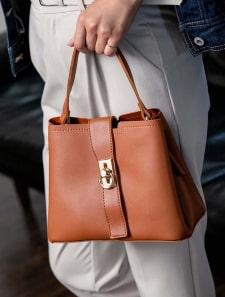 フロントリングハンドバッグ
